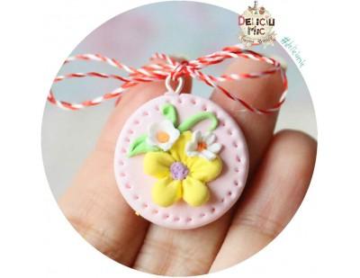 Martisor Medalion peach cu floricele alb cu galben