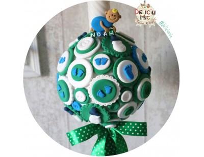 Lumanare de botez pentru baieti, decorata cu talpi de bebe si biberoane in nuante de verde smarald si albastru