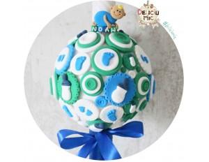 Lumanare de botez pentru baieti, decorata cu talpi de bebe si biberoane cu fundita albastra