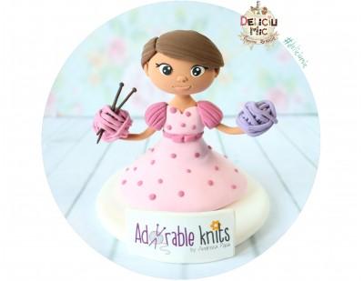"""Figurina de tort """"Fetita cu Ghemuri de lana"""""""