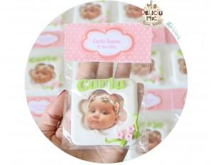 Marturie rama foto cu magnet, personalizata cu numele bebelusului si decorata cu floricele roz