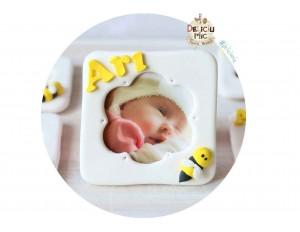 Marturie rama foto cu magnet, personalizata cu numele bebelusului si decorata cu albinuta