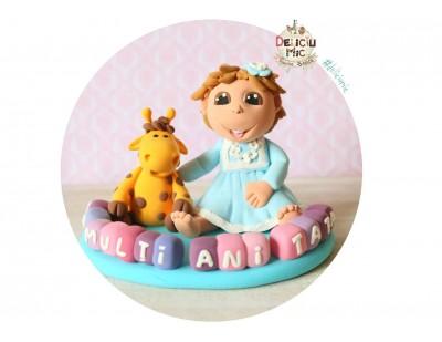 Figurina de tort Fetita personalizata, Girafa si numele pe Cuburi