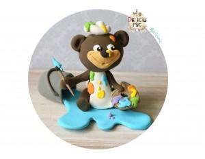 Figurina de tort Ursulet Pictor personalizata cu numele bebelusului