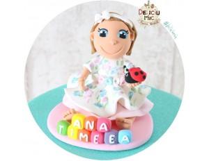 Figurina de tort Fetita personalizata dupa poza, Bucuruza si numele pe Cuburi