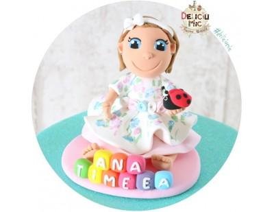 Figurina de tort Fetita personalizata dupa poza, Buburuza si numele pe Cuburi