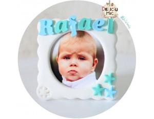 Marturie rama foto cu magnet, personalizata cu numele bebelusului si decorata cu stelute verzi si albastre