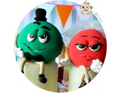 Figurine Tort nunta  bomboane m&m Mirele verde & Mireasa rosie