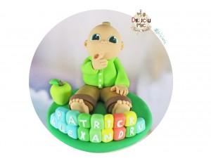 Figurina de tort Baietel cu Mar verde si numele pe Cuburi