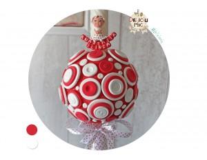 Lumanare de botez cu nasturei rosii si albi de diferite dimensiuni, accesorizata cu panglica alba cu buline rosii