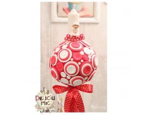 Lumanare de botez cu nasturei rosii si albi, accesorizata cu panglica rosie cu buline albe