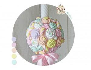 Lumanare de botez cu bezele si marshmallows multicolore si panglica roz cu buline albe
