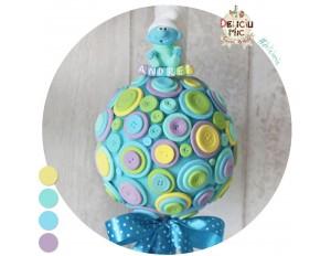 Lumanare de botez pentru baieti decorata cu nasturi colorati si magnet Strumf (achizitionat separat)