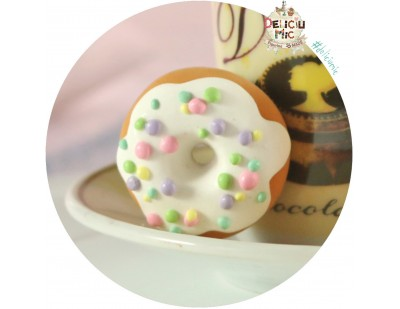 Brosa handmade -  Gogoasa cu glazura si bombonele multicolore