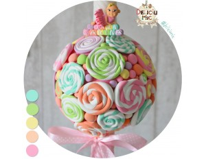 Lumanare de botez decorata cu acadele si bombonele multicolore