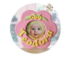 Marturie rama foto cu magnet, personalizata cu numele bebelusului si decorata cu floricele galbene