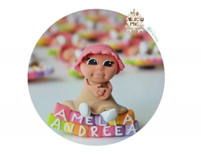 "Marturie botez ""Cute Baby"" - fetita cu bonetica, stand pe cuburi personalizate cu numele bebelusului"