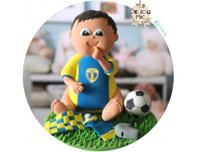 Figurina de tort Baietel in echipament de fotbal cu minge, fluier si fular