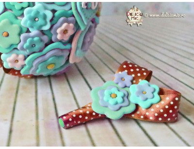 Cocarda Flori turcoaz cu maro - handmade din pasta polimerica