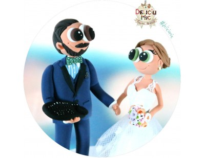 Figurine de tort pentru nunta - Mireasa si Mirele IT-ist tine in mana tastatura si mouse-ul preferate