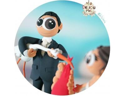 Figurine de tort pentru nunta - Mirele a prins barza cu sacul plin cu bebelusi
