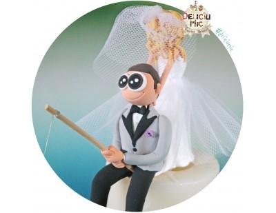 Figurine de tort pentru nunta - Mirele pescar este tras de guler de catre Mireasa