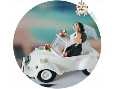 Figurine de tort pentru nunta - Mire si Mireasa in masina retro
