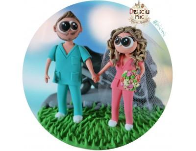 Figurine de tort pentru nunta - Miri doctori alaturi de motocicleta lor