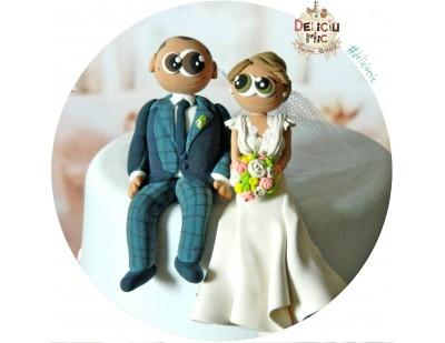 Figurine de tort pentru nunta - Mirii stau pe marginea tortului