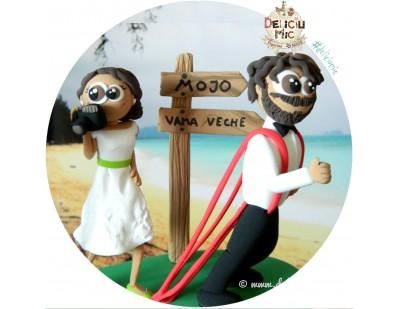 Figurine de tort pentru nunta - Mireasa pasionata de fotografie si Mirele pasionat de clubul Mojo si Vama Veche