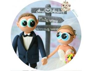 Figurine de tort pentru nunta - Miri alaturi de catelul lor si semn cu numele acestora
