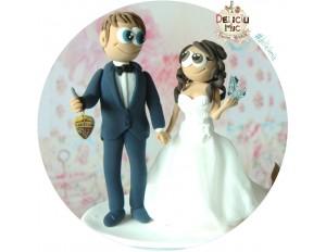 Figurine de tort pentru nunta - Mirele cu cheile de la masina in mana, Mireasa si catelul lor