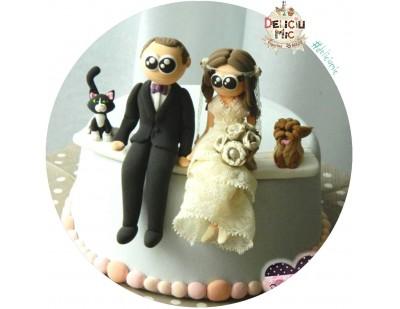 Figurine de tort pentru nunta - Mire si Miresa asezati alaturi de catelul si pisicuta lor