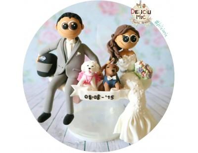 Figurine de tort pentru nunta - Mirii asezati alaturi de animalutele lor si fundita cu data nuntii