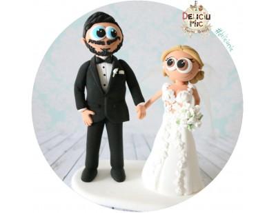 Figurine de tort pentru nunta - Mire si Mireasa cu buchet de trandafiri albi