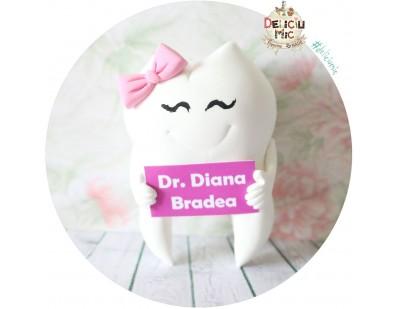 Accesoriu de masina Dintisor cu fundita roz si pancarta cu numele doctorului