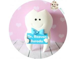 Brosa 5 cm Dintisor cu papion bleo si pancarta cu numele doctorului