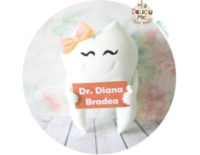 Brosa 5 cm Dintisor cu fundita portocalie si pancarta cu numele doctorului