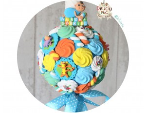 Lumanare de botez bezele si marshmallows multicolore si 4 figurine Winnie the Pooh - cu fundita albastra