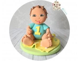 """Figurina de tort aniversara """"1 an"""" Baietel cu tricou personalizat cu cifra 1"""
