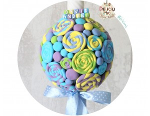 Lumanari botez decorate cu acadele si bombonele bleo, lila, verzi si galbene