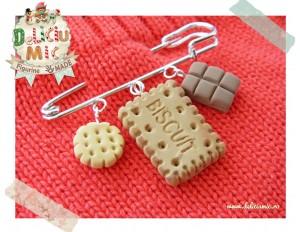 Brosa handmade din 3 elemente - 2 biscuiti si o bucata de ciocolata