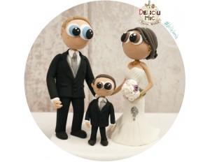 Figurine de tort pentru Nunta - Mire si Mireasa alaturi de baietelul lor