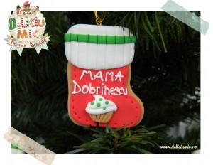 Decoratiune pentru bradut in forma de soseta decorata cu o prajitura