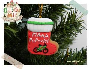 Decoratiune pentru bradut in forma de soseta decorata cu o bicicleta