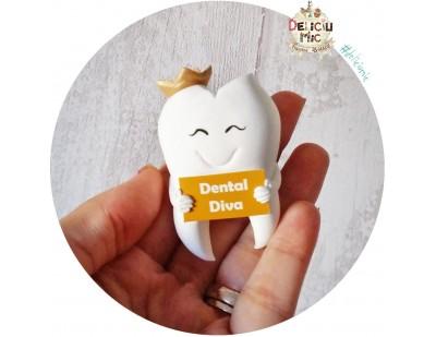 """Brosa Maseluta """"Dental Diva"""" cu pancarta cu numele doctorului coronita aurie"""
