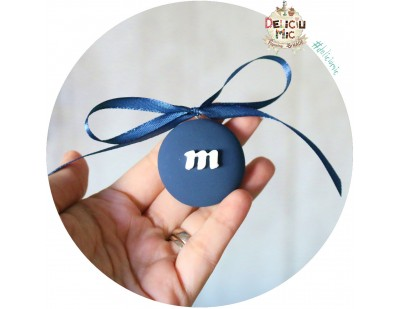 Medalion m&m bleomaren cu fundita, personalizat cu Litere - 4 cm diametrul