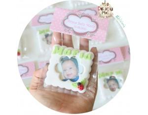 Marturie magnet rama foto cu buburuza, personalizata cu numele bebelusului