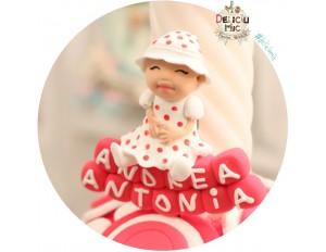 """Marturie botez """"Smiley Baby Girl"""" - fetita cu bonetica, stand pe cuburi personalizate cu numele bebelusului"""