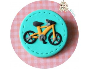 Brosa Bicicleta portocalie pe cerculet turcoaz